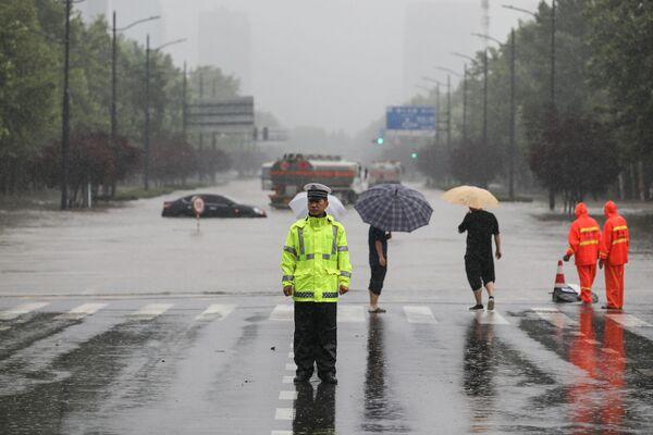 Più di 20.000 persone sono coinvolte nelle operazioni di salvataggio e nell'eliminazione delle conseguenze dell'alluvione. - Sputnik Italia