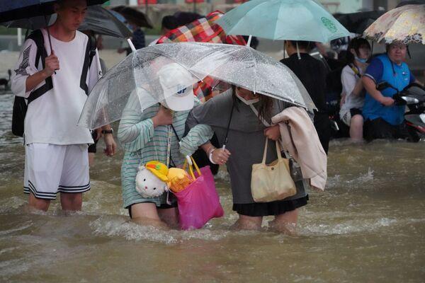 Temporali record hanno colpito la città cinese di Zhengzhou nelle ultime 24 ore, causando enormi inondazioni, interruzioni di corrente e interruzioni del traffico. - Sputnik Italia