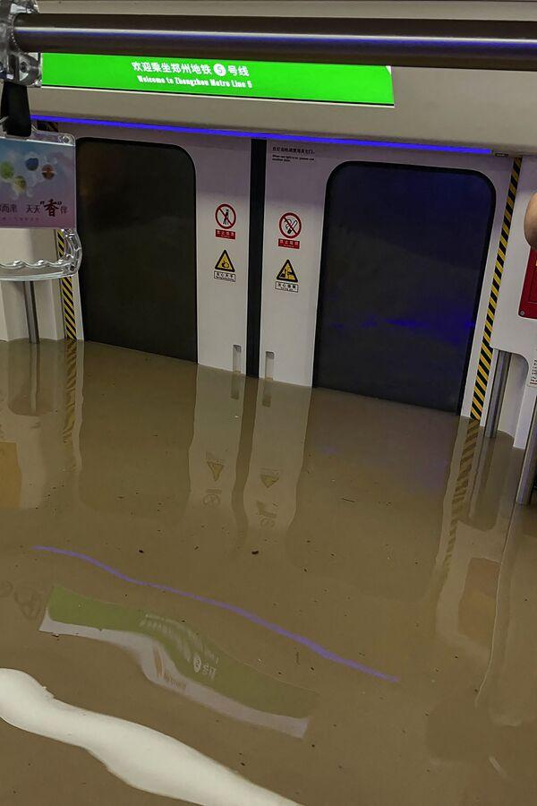 La città di Zhengzhou, capitale della provincia di Henan, ha registrato 12 morti, persone rimaste bloccate nella metropolitana inondata dall'acqua.  - Sputnik Italia