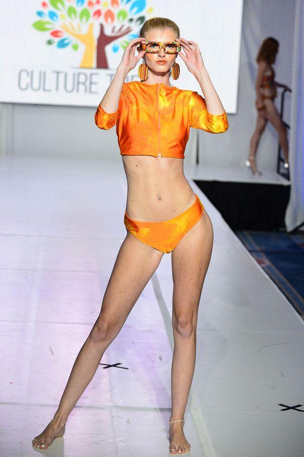 Una modella presenta il brand Culture Trees durante l'Orlando Swim Week alimentato da hiTechMODA. - Sputnik Italia