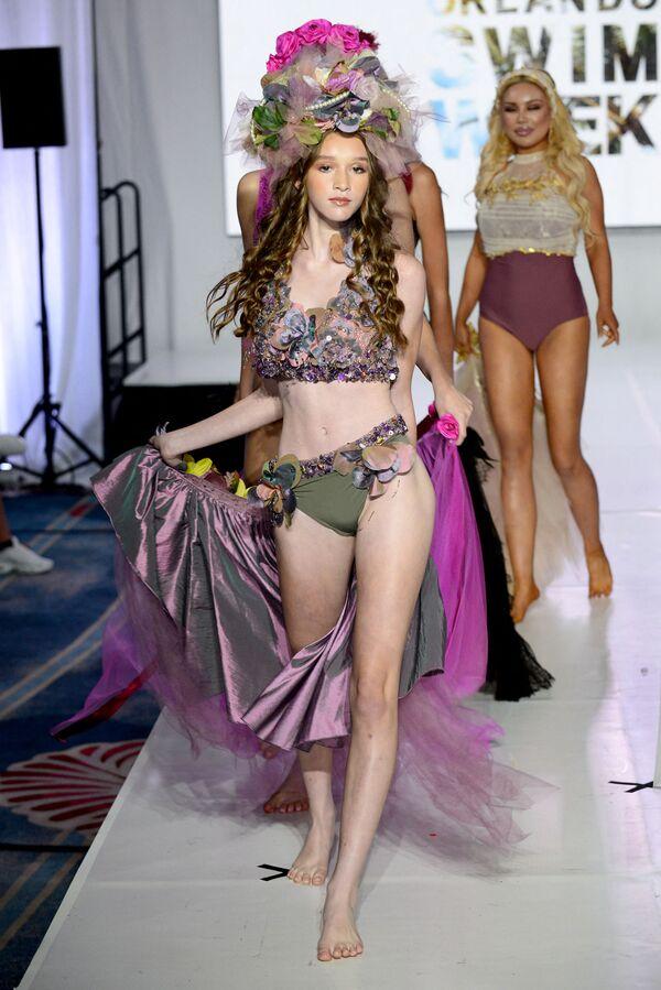 Savannah Weeks partecipa alla sfilata di moda e presenta  il costume da bagno.  - Sputnik Italia