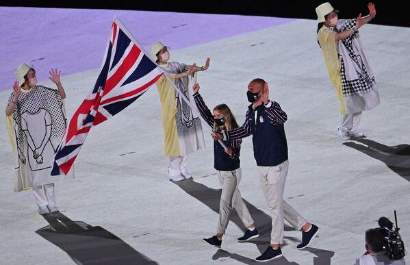 I portabandiera Hannah Mills e Mohamed Sbihi della Gran Bretagna guidano la squadra del loro paese durante la cerimonia inaugurale dei Giochi Olimpici di Tokyo 2020 allo Stadio Olimpico di Tokyo. - Sputnik Italia