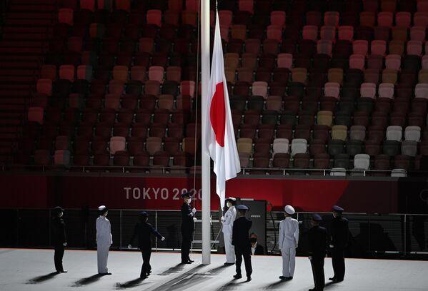 Viene issata la bandiera giapponese alla cerimonia inaugurale delle Olimpiadi. - Sputnik Italia