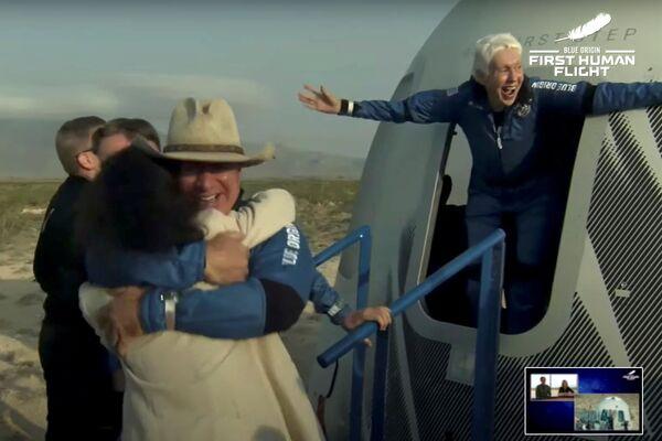Il miliardario Jeff Bezos e l'aviatrice pioniera Wally Funk emergono dalla loro capsula dopo il loro volo a bordo del razzo New Shepard di Blue Origin durante il primo volo suborbitale non pilotato in Texas, Stati Uniti, 20 luglio 2021. - Sputnik Italia