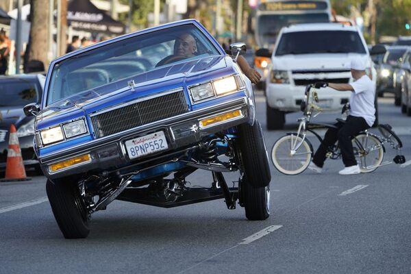 Una Lowrider viaggia su tre ruote su Sunset Blvd. a Los Angeles, 18 luglio 2021. - Sputnik Italia
