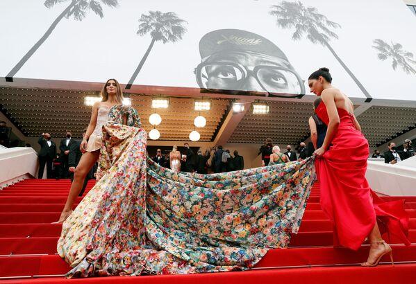 La 74a edizione del Festival di Cannes. Arrivi sul tappeto rosso di Amanda Ford e Barbara Vittorelli. - Sputnik Italia