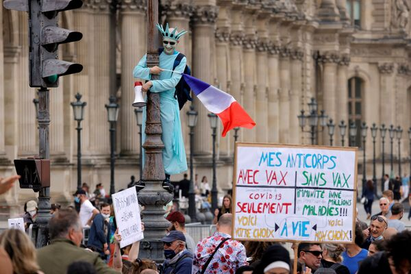 I manifestanti si sono radunati a Parigi per protestare contro la politica del presidente francese Emmanuel Macron sull'obbligo vaccinale. - Sputnik Italia