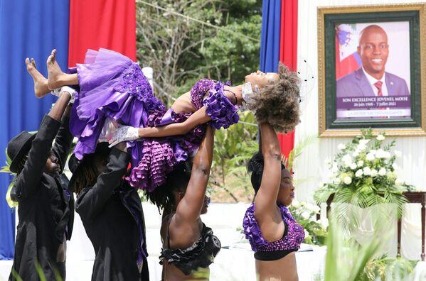 Ballerini haitiani eseguono durante una cerimonia in onore del defunto presidente haitiano Jovenel Moise al National Pantheon Museum, Haiti, 20 luglio 2021. - Sputnik Italia