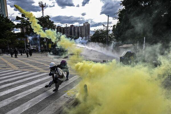 I manifestanti antigovernativi si sono scontrati con la polizia a Bogotà mentre il paese celebrava il Giorno dell'Indipendenza.  - Sputnik Italia