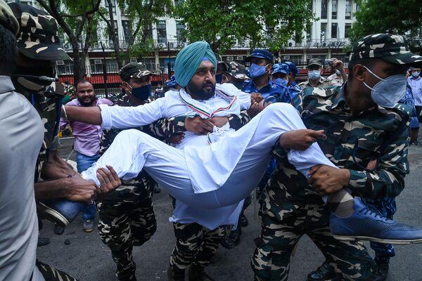 I membri del Partito del Congresso indiano sono detenuti dagli agenti di sicurezza mentre prendono parte a una manifestazione contro il governo guidato dal Bharatiya Janata Party e il Primo Ministro indiano Narendra Modi contro la presunta operazione di sorveglianza utilizzando lo spyware Pegasus, Nuova Delhi, 20 luglio, 2021. - Sputnik Italia