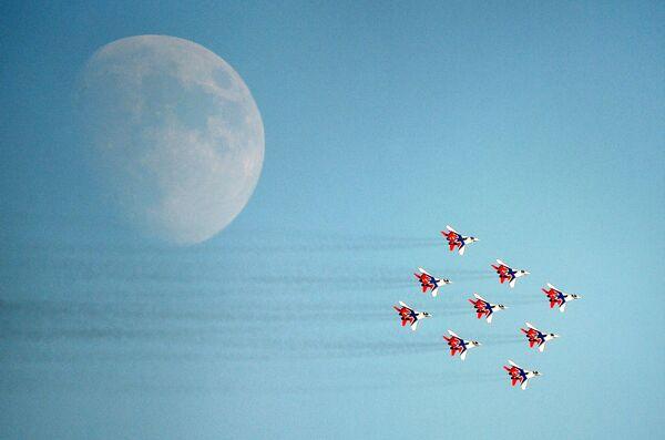 """Gruppo acrobatico """"Strizhi"""" di MiG-29 durante il programma di volo di MAKS-2021, il salone internazionale dell'aeronautica e dello spazio che si tiene a Mosca. - Sputnik Italia"""