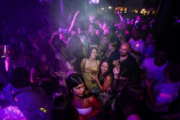 La gente beve nella sala da ballo di una discoteca poco dopo la riapertura a Londra, 19 luglio 2021. - Sputnik Italia