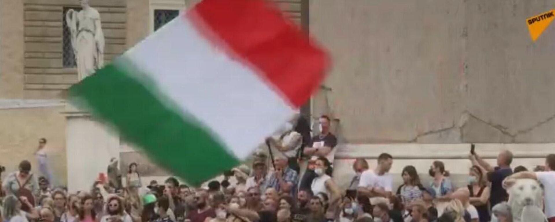 I manifestanti si riuniscono a Roma per esprimere la loro opposizione all'uso del Green Pass  - Sputnik Italia, 1920, 24.07.2021