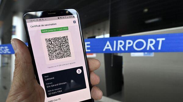 Экран мобильного телефона с QR-кодом как часть сертификата EU Digital Covid - Sputnik Italia