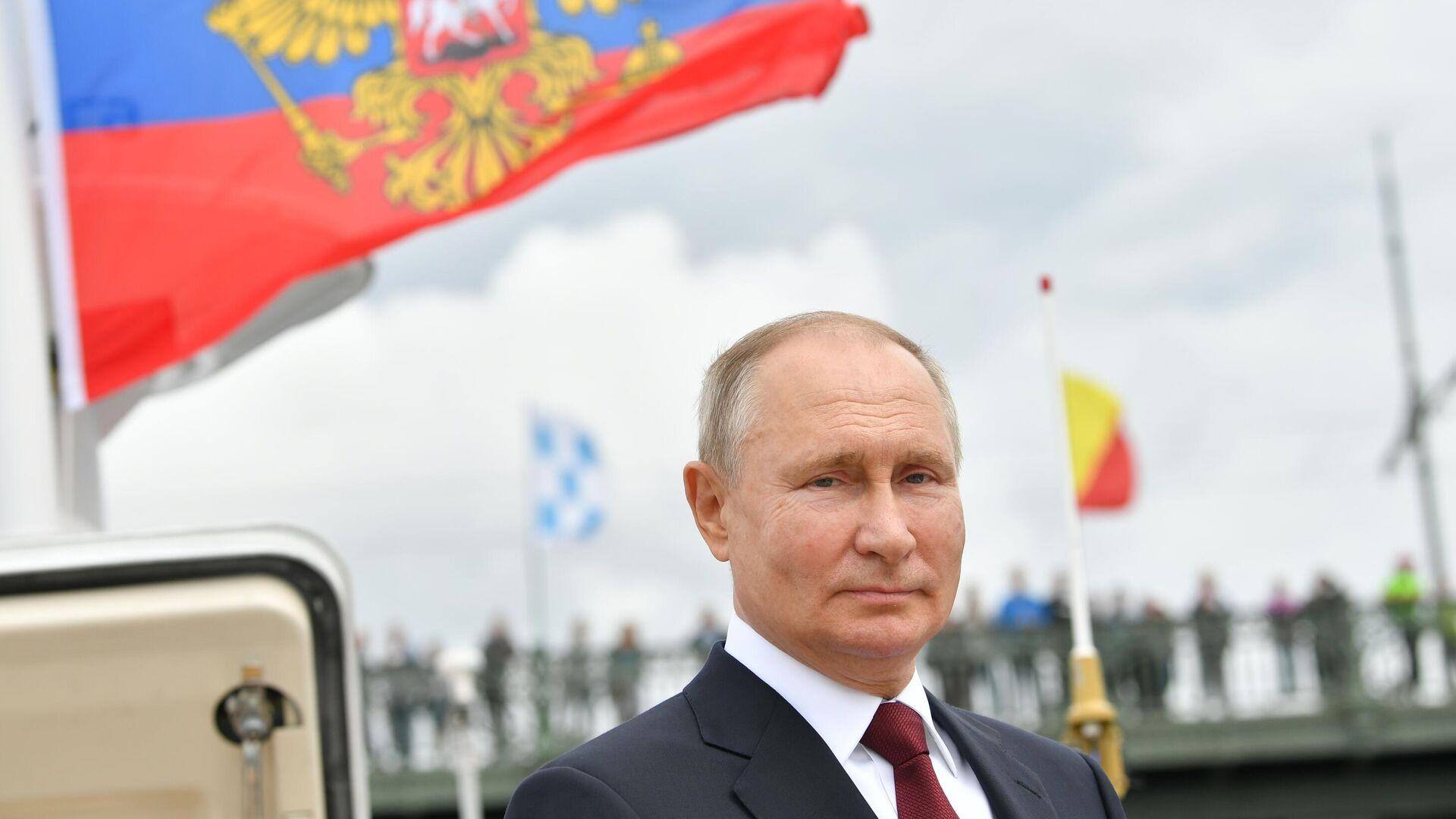 Vladimir Putin alla parata navale dedicata alla giornata della flotta russa - Sputnik Italia, 1920, 25.07.2021