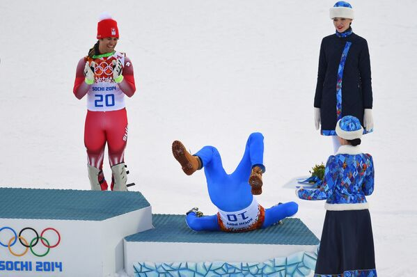 La medaglia d'oro svizzera Sandro Viletta applaude mentre la medaglia d'argento italiana Christof Innerhofer festeggia durante la cerimonia dei fiori della Super Combinata di sci alpino maschile durante le Olimpiadi invernali di Sochi il 14 febbraio 2014. - Sputnik Italia