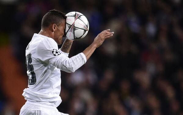 Il difensore brasiliano del Real Madrid Danilo ribatte la palla con la testa durante gli ottavi di finale di UEFA Champions League allo stadio Santiago Bernabeu di Madrid l'8 marzo 2016. - Sputnik Italia