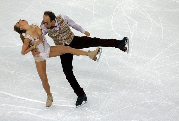 Il tedesco Alexander Gazsi e la tedesca Nelli Zhiganshina si esibiscono nella short dance di pattinaggio artistico sul ghiaccio all'Iceberg Skating Palace durante le Olimpiadi invernali di Sochi il 16 febbraio 2014. - Sputnik Italia
