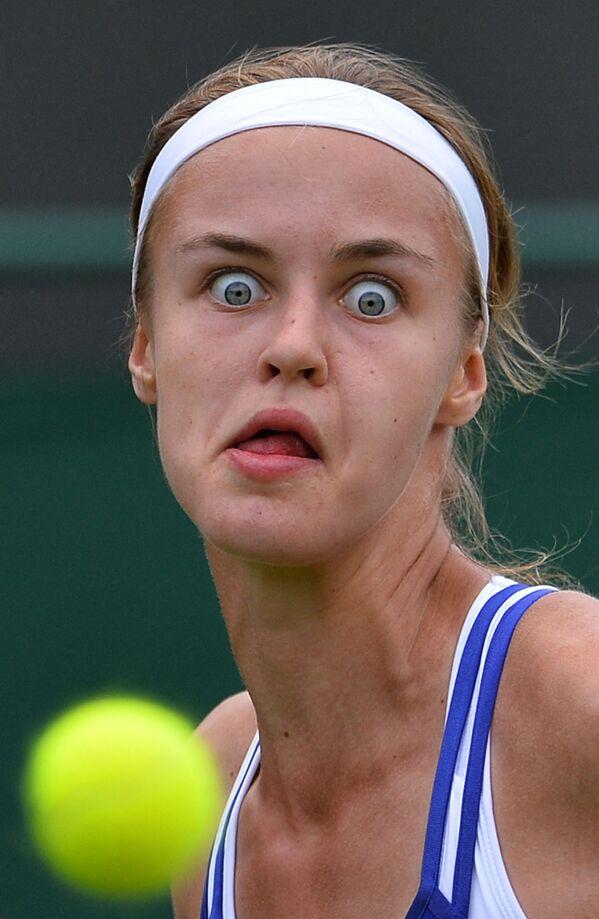 La slovacca Anna Schmiedlova guarda la palla durante la partita contro l'australiana Samantha Stosur del turno femminile del torneo di tennis dei campionati di Wimbledon 2013.  - Sputnik Italia