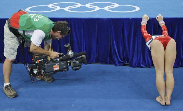 Un cameraman sta riprendendo la ginnasta statunitense Shawn Johnson durante le fasi di qualificazione femminile alle Olimpiadi di Pechino 2008, 10 agosto 2008. - Sputnik Italia
