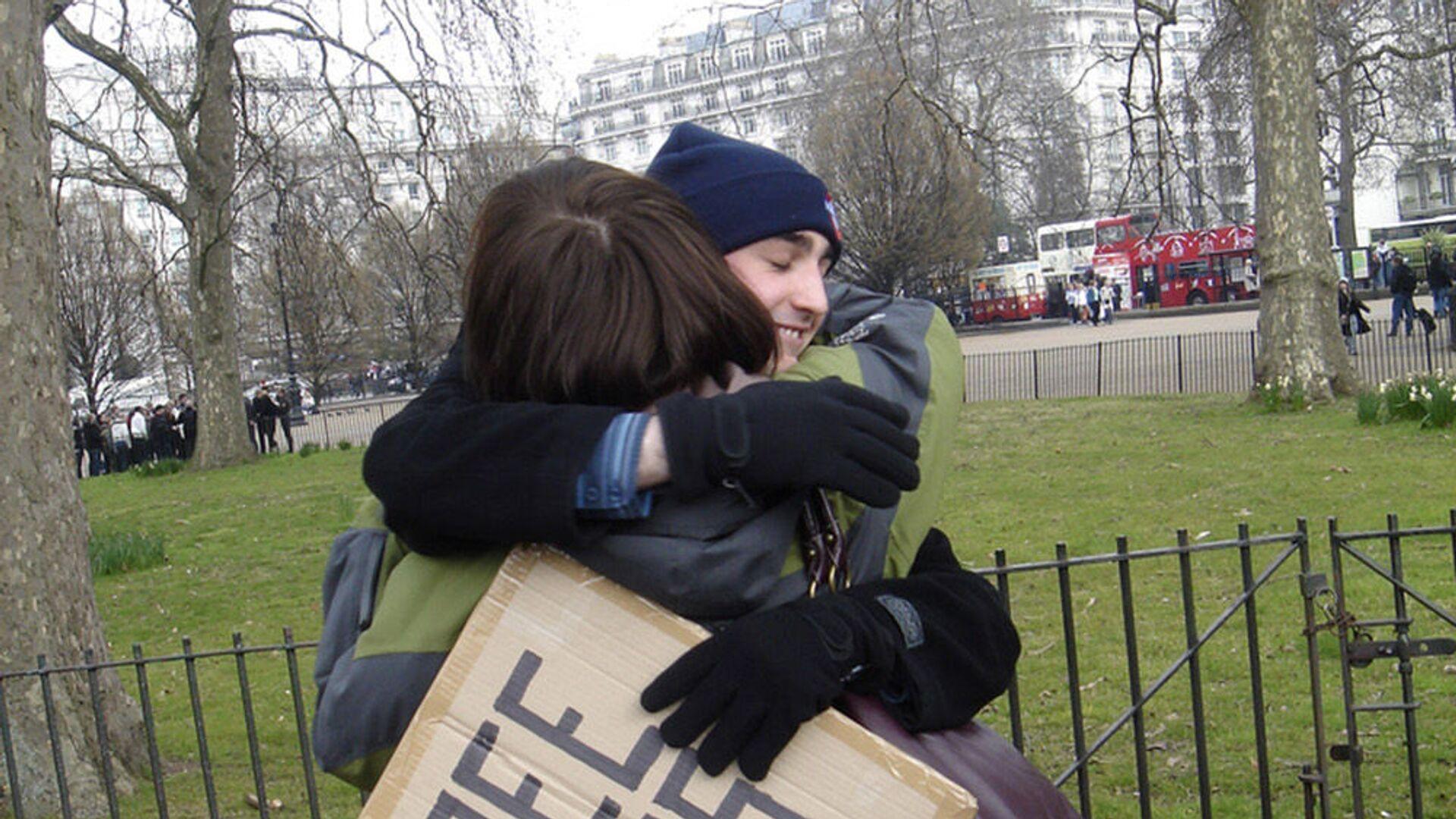 Участники движения Free Hugs в Гайд-парке, Лондон - Sputnik Italia, 1920, 26.07.2021