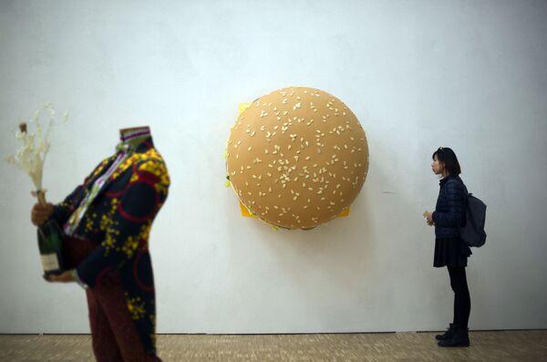 """La scultura di Tom Friedman """"Big Big Mac"""" esposta il 9 aprile 2015 alla mostra """"Arte e Cibo"""" alla Triennale di Milano. - Sputnik Italia"""
