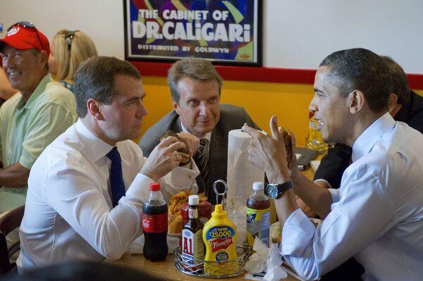 L'ex presidente della Federazione russa Dmitry Medvedev e l'ex presidente degli Stati Uniti Barack Obama fanno una colazione presso il ristorante Ray's Hell Burger di Arlington, Washington, DC. - Sputnik Italia