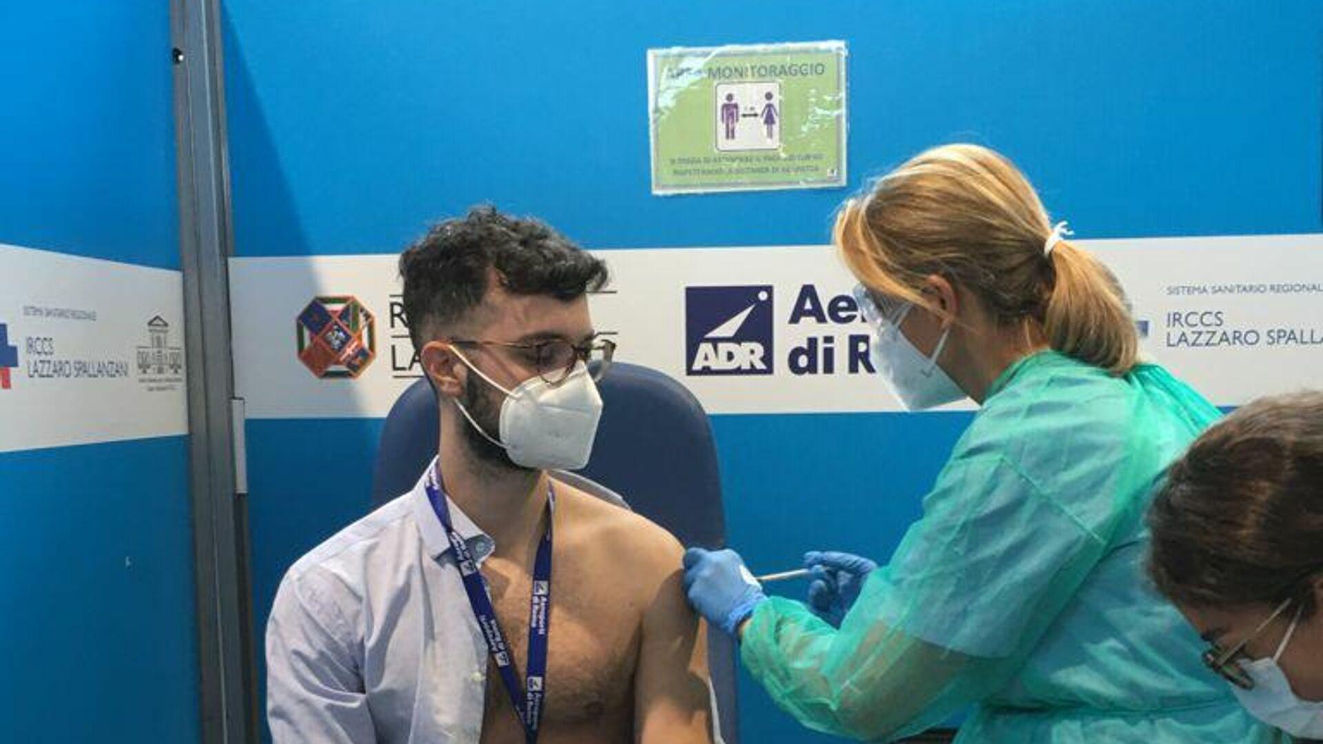 Vaccinazioni nel centro Vax&Go all'aeroporto di Fiumicino - Sputnik Italia, 1920, 11.08.2021