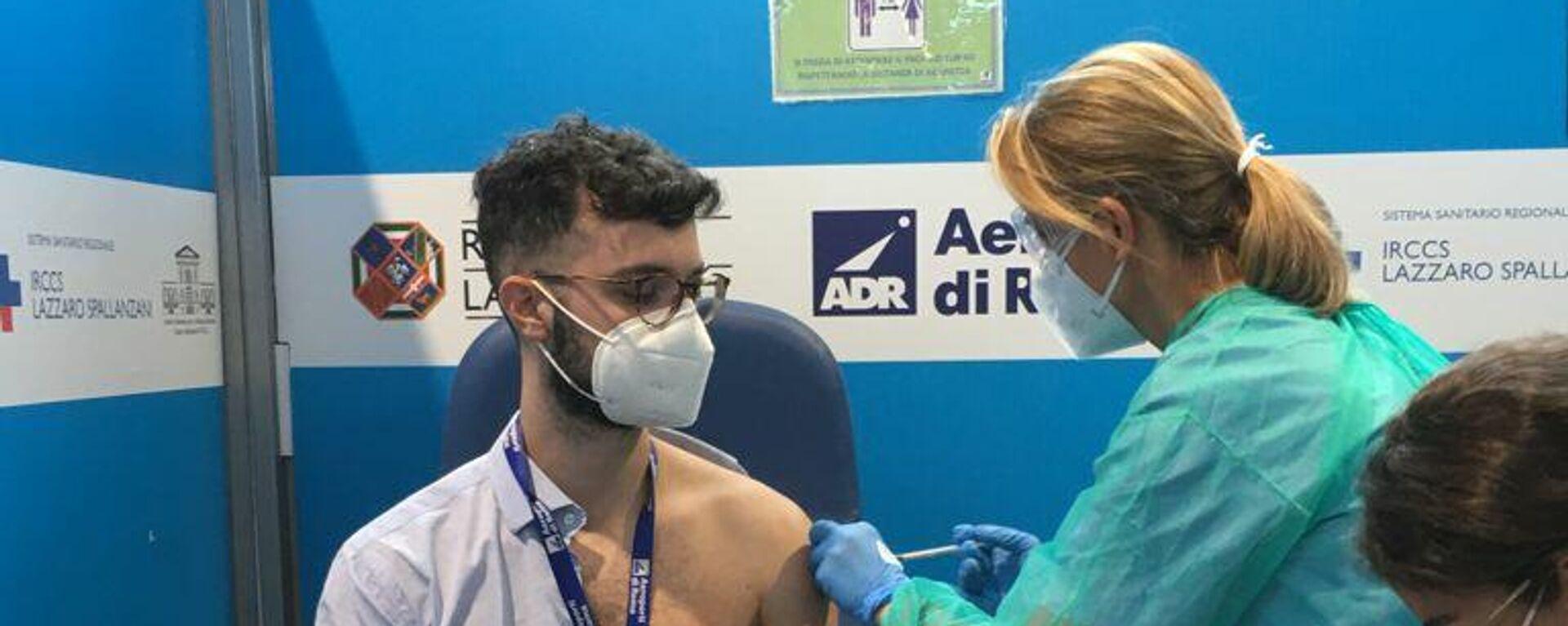Vaccinazioni nel centro Vax&Go all'aeroporto di Fiumicino - Sputnik Italia, 1920, 08.08.2021