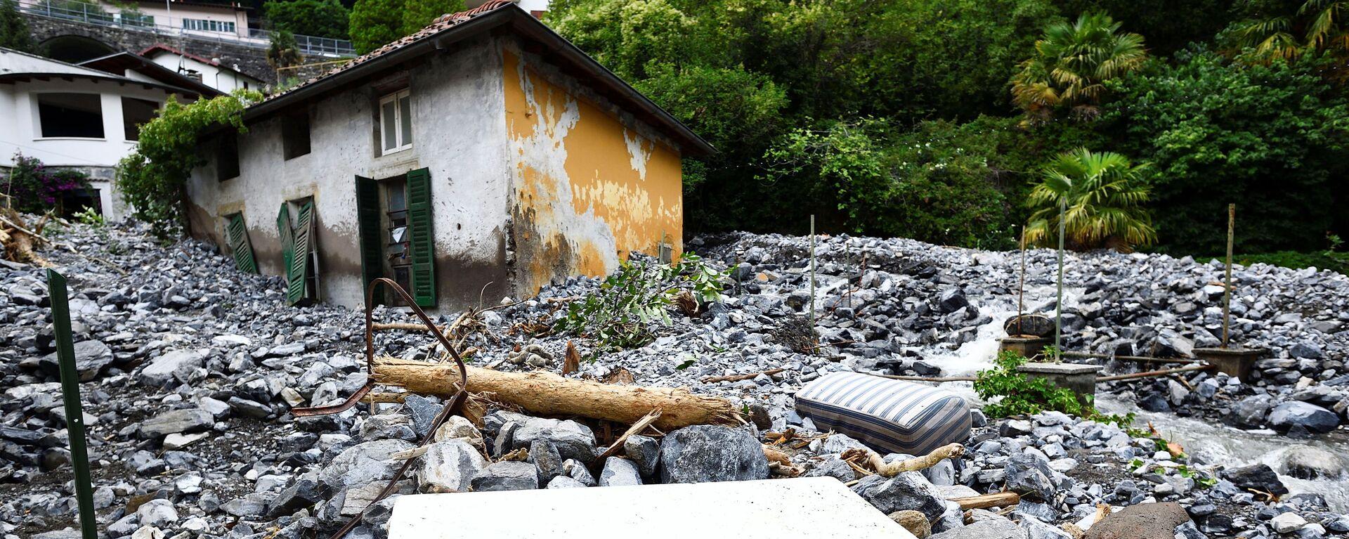Дом, пострадавший от оползня, после сильного дождя, вызвавшего наводнение, в городах, окружающих озеро Комо на севере Италии, в Лаглио - Sputnik Italia, 1920, 28.07.2021