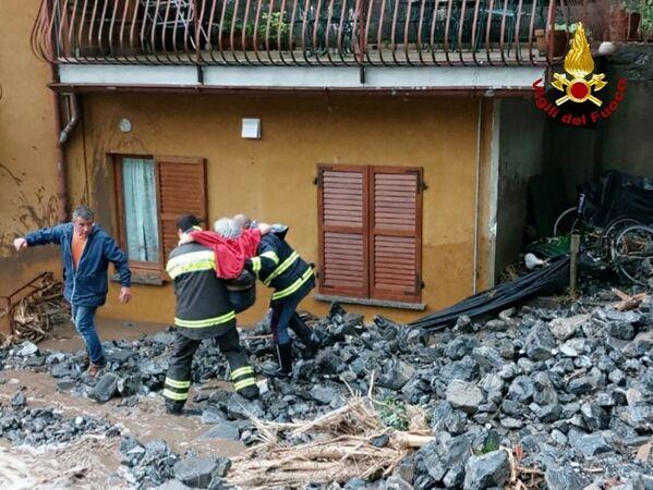 I  vigili del fuoco sono stati schierati per evacuare le persone bloccate nelle loro abitazioni.  - Sputnik Italia