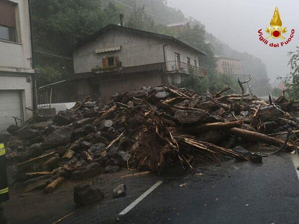Macchine, case, motorini, tutto è seppellito sotto uno strato di fango.  - Sputnik Italia