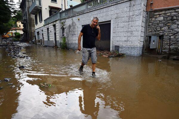 Da lunedì sera la zona intorno al lago di Como è colpita da violenti nubifraggi e le previsioni del tempo non sono rassicuranti: il maltempo continuerà.  - Sputnik Italia