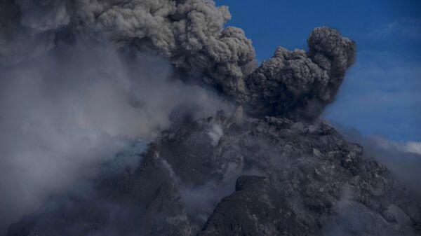 Извержение вулкана Синабунг в Индонезии - Sputnik Italia