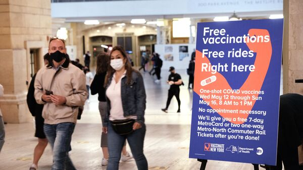 Люди проходят через Центральный вокзал в Нью-Йорке - Sputnik Italia