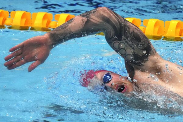 Il nuotatore della Gran Bretagna Adam Peaty si allena presso il Tokyo Aquatics Centre. Sul suo braccio si vede  un tatuaggio dei cerchi olimpici.  - Sputnik Italia
