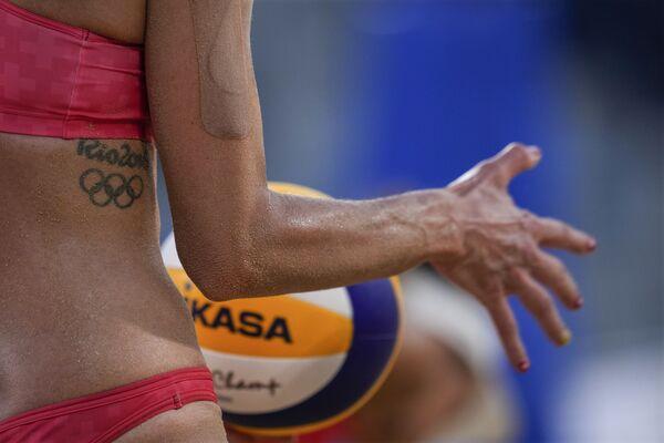 Un tatuaggio dei Giochi Olimpici di Rio 2016 decora il corpo di Joana Heidrich, atleta svizzera, che si prepara alla partita di beach volley femminile, alle Olimpiadi estive del 2020.  - Sputnik Italia
