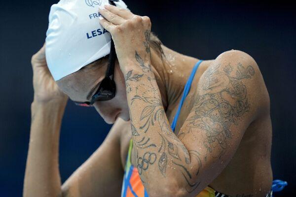 Un tatuaggio con i cinque annelli olimpici sul braccio dell'atleta francese Fantine Lesaffre che si prepara per le gare di nuoto alle Olimpiadi estive del 2020. - Sputnik Italia