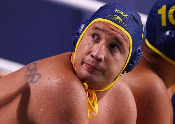 Rustam Ukumanov del Kazakistan presso il centro di pallanuoto Tatsumi, Tokyo, Giappone. Sulla spalla del nuotatore si vede un tatuaggio con gli anelli olimpici. - Sputnik Italia
