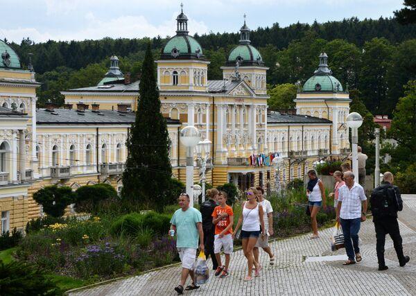 Le persone passano la vacanza nella città termale di Mariánské Lázně. - Sputnik Italia