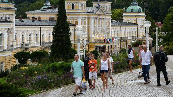 Отдыхающие у санатория Новые Лазни в Марианских Лазнях, Чехия - Sputnik Italia