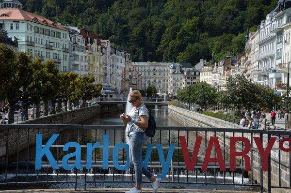 Ragazza per strada a Karlovy Vary. - Sputnik Italia