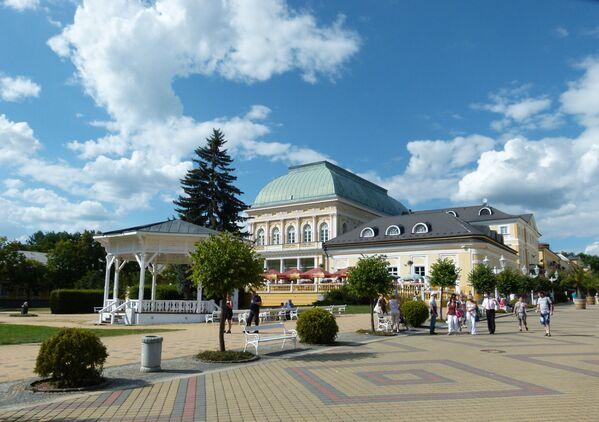 Un complesso di edifici classici, che comprende la Sala Grande della Casa Municipale nella città termale di Františkovy Lázně nella Repubblica Ceca. - Sputnik Italia