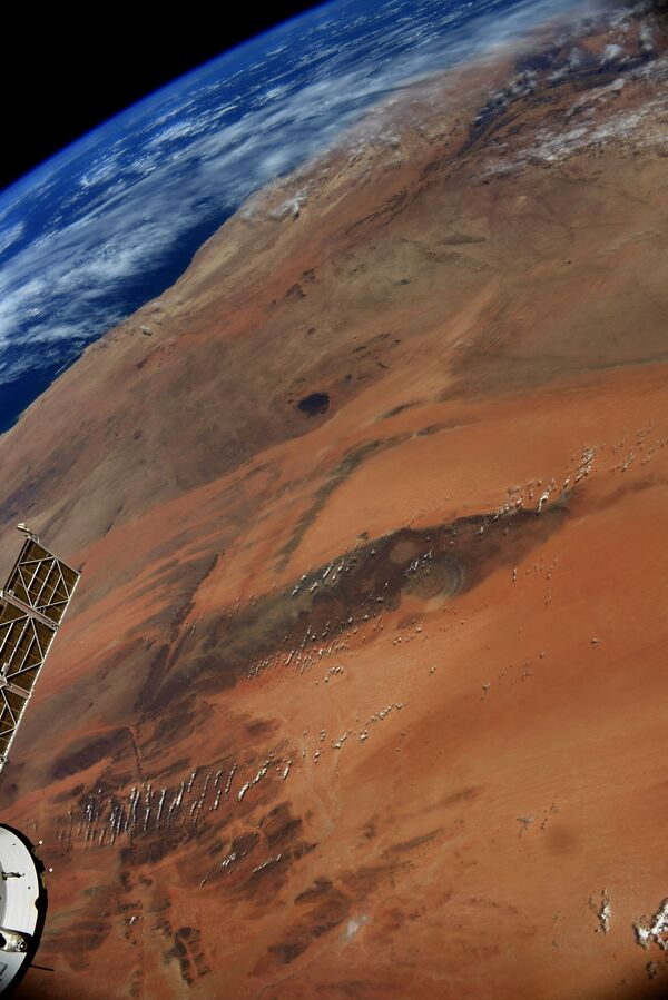 """""""Pensavo di essere in orbita attorno a Marte quando ho visto questo! Non sono visibili nuvole e il coloro rosso si estende fino all'orizzonte """", ha affermato l'autore dei foto. - Sputnik Italia"""