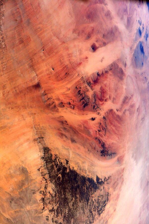 Ma in seguito sono giunti alla conclusione che la formazione arrotondata, simile alla forma dell'occhio, è sorta come risultato del processo naturale: l'erosione. - Sputnik Italia