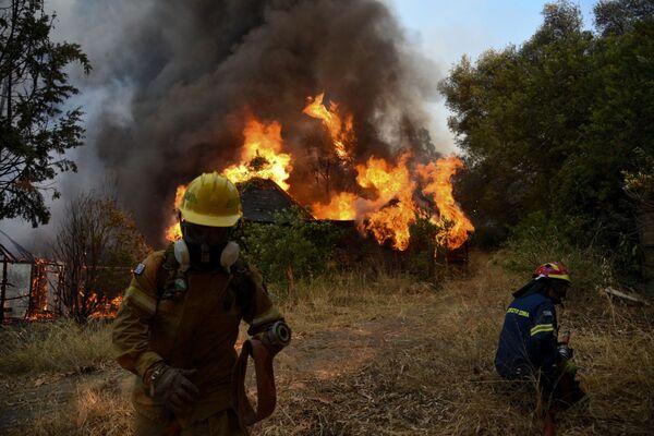 I vigili del fuoco combattono gli incendi a Labiri, vicino a Patrasso, 31 luglio 2021. - Sputnik Italia
