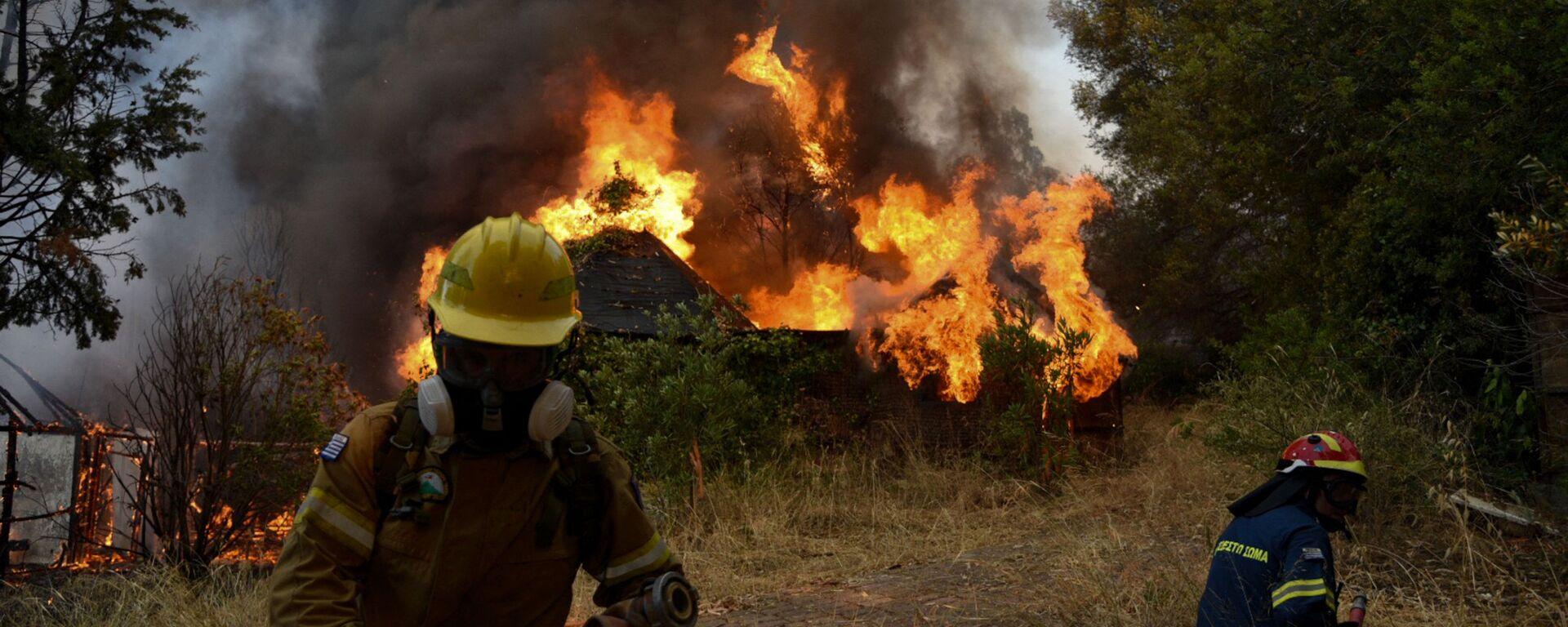 I vigili del fuoco combattono contro un incendio vicino alla città greca di Patrasso - Sputnik Italia, 1920, 02.08.2021