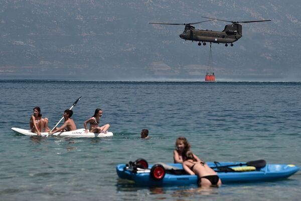 Quasi 300 vigili del fuoco, due bombardieri ad acqua e cinque elicotteri stanno combattendo per spegnere un incendio boschivo nella Grecia che finora ha distrutto circa 20 case e ferito otto persone, hanno detto le autorità.   - Sputnik Italia