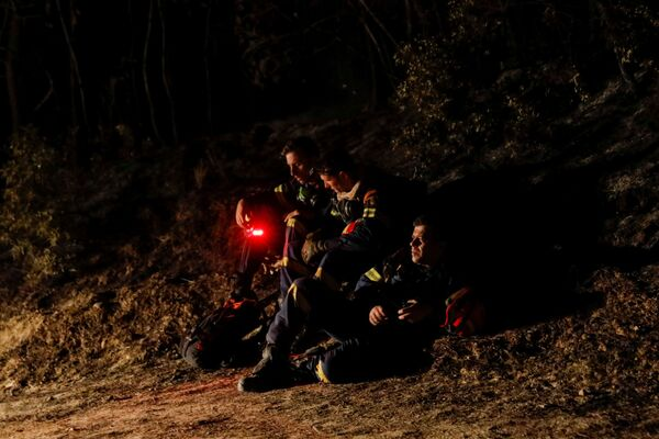 I vigili del fuoco riposano mentre gli incendi infuriano a Patrasso, in Grecia, 1 agosto 2021. - Sputnik Italia