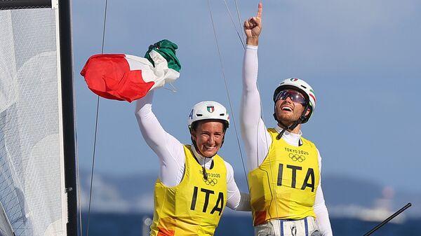 Руджеро Тита и Катерина Банти празднуют золотую медаль после гонки на Олимпийских играх в Токио-2020 - Sputnik Italia